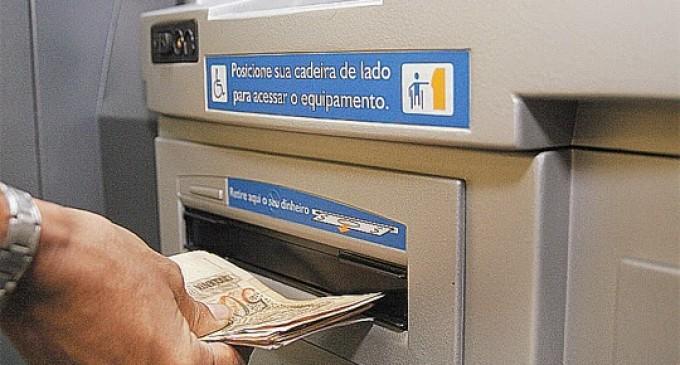 Imagem de Em meio à crise, brasileiros retiram dinheiro da poupança para cobrir contas do dia-a-dia