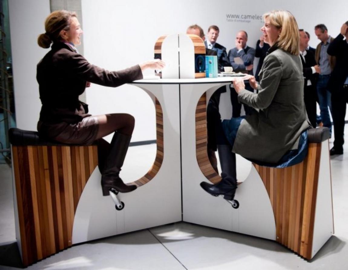 Imagem de Mesa  gera energia para recarregar celulares, tablets e notebooks